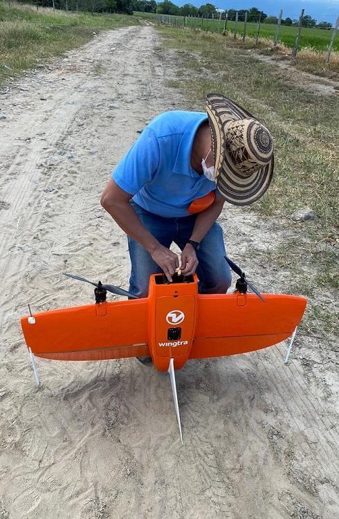 Imagen dron y profesor Óscar Barrero Mendoza